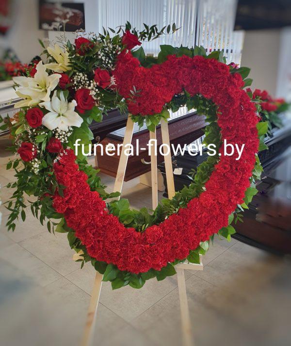 Похоронный венок-сердце из живых цветов «Преданность»