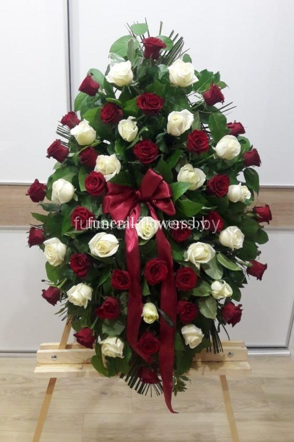 """Похоронный венок из живых цветов """"Красная и белая роза"""""""