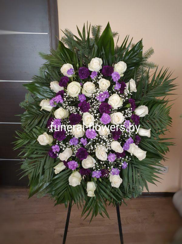 """Ритуальный венок из живых цветов """"Фиолетовая гвоздика"""""""